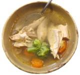 ¿En qué nos beneficia y qué nos aporta el caldo de pollo?